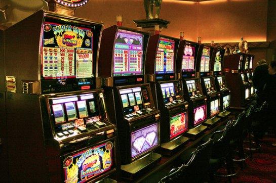 Игровые автоматы Azino777: онлайн или вживую?