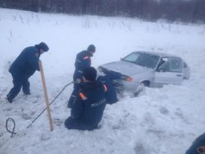 Спасатели вытащили из кювета под Усть-Катавом легковушку