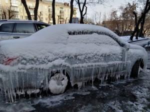 В ледяную глыбу превратились 4 припаркованные машины. Причина - прорыв водопровода
