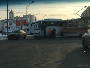 Трамвай врезался в автобус
