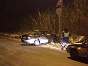В столкновении машины с опорой ЛЭП пострадала девушка