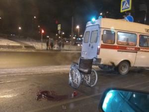 На переходе у ТРК «Родник» сбили колясочника. На дороге осталась лужа крови