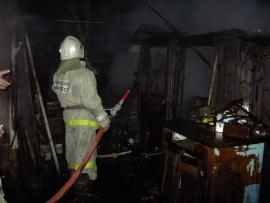 15 человек тушили дом в поселке Роза