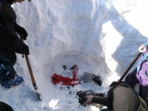 Спасатели СП «Иремель» выкопали из-под снега двух туристов