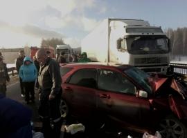 Грузовик и легковая столкнулись на дороге в Максист
