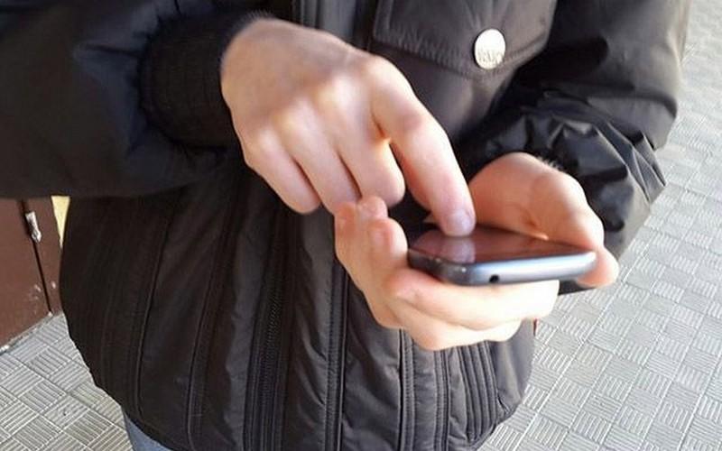 Иностранец оставил беспечную работницу брянской заправки без телефона