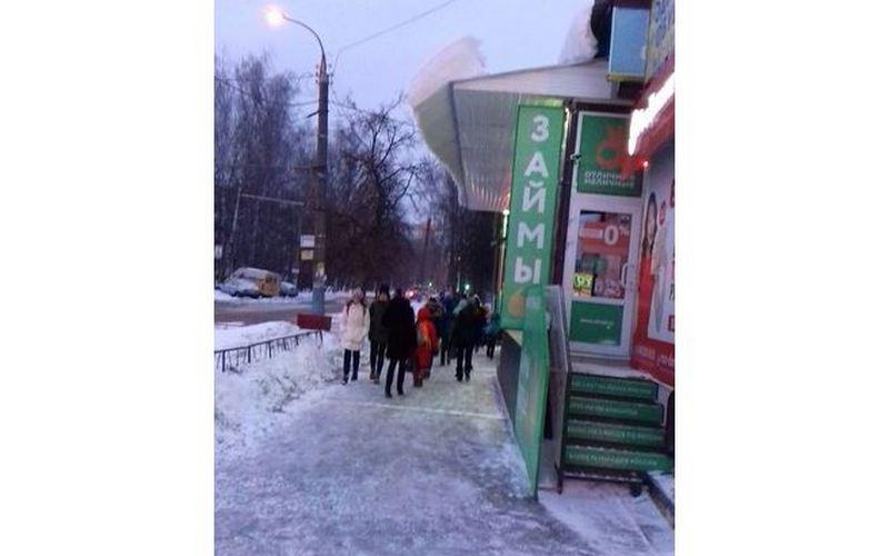 Брянцев заставили ходить под снежной глыбой