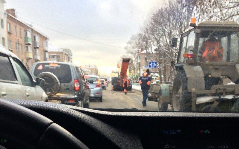 Из-за уборки снега в Володарке образовалась пробка