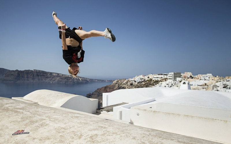 Видео забега покрышам Санторини: побудьте в теле паркурщика