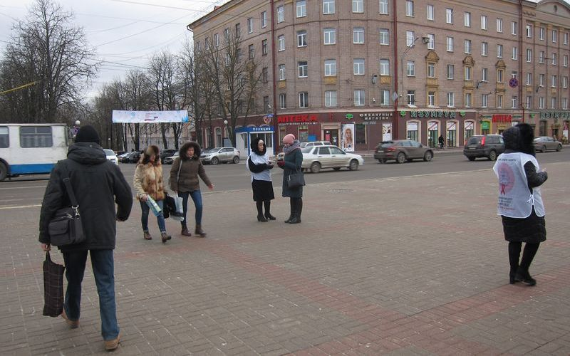 В центре Брянска прохожим рассказывали про СПИД