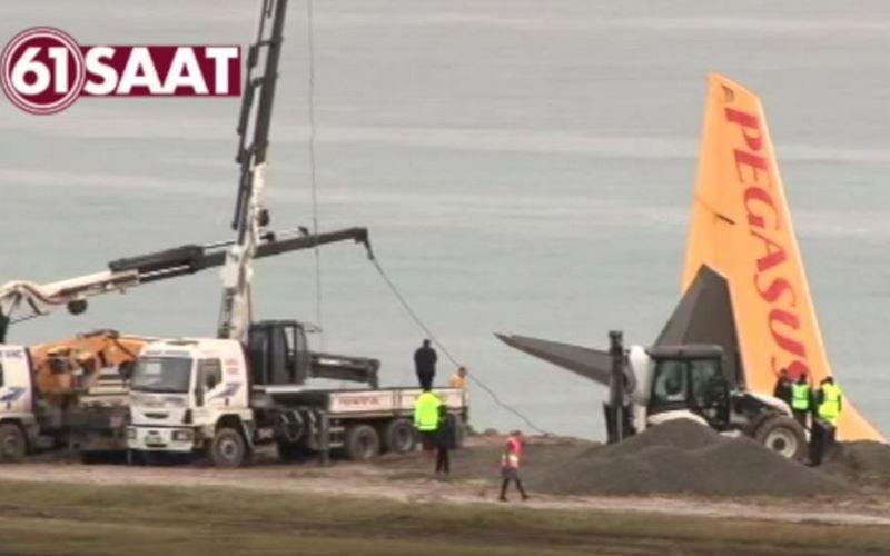 В Турции пассажирский самолет завис над обрывом