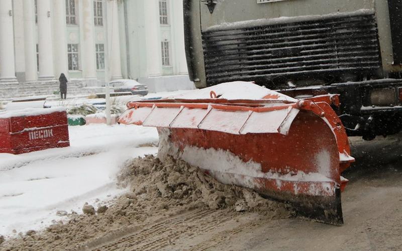 В Брянске дорожники ссыпают грязный снег в пойму Десны