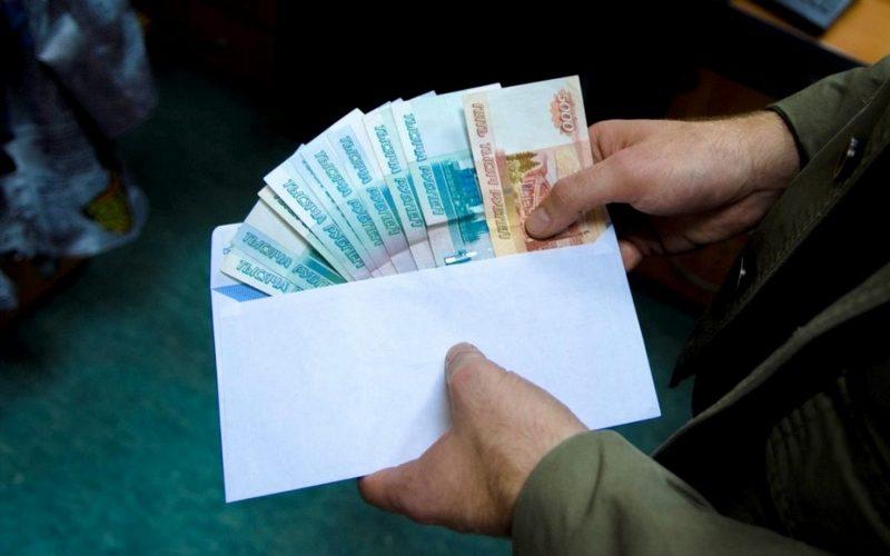 Брянский таможенник набрал взяток на 300 тысяч рублей