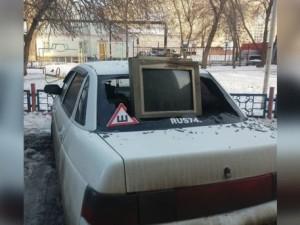 В Новый год выбросили телевизор из окна прямо на машину