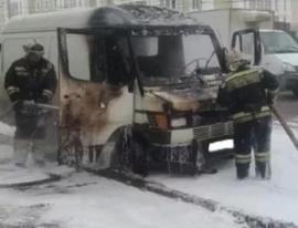 15 человек тушили горящий автобус