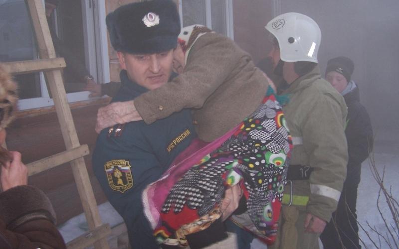 Брянские добровольные пожарные помогли бабушке выйти из горящего дома