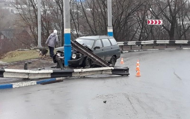 В Брянске на проспекте Московском автомобиль поймал столб