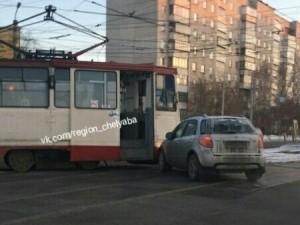 Трамвай с легковой столкнулись в центре Челябинска