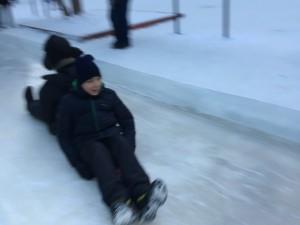 Тысячи челябинцев скатились с ледяной горки в парке Гагарина