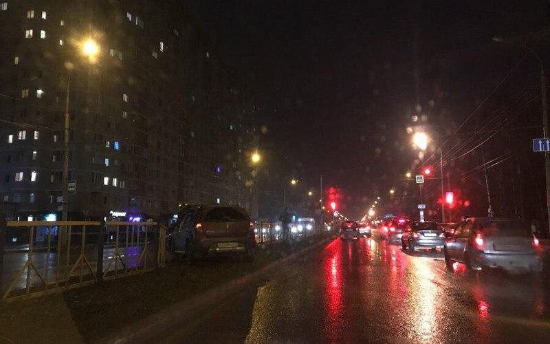 На проспекте Станке Димитрова в Брянске легковушка снесла забор