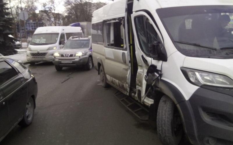 В Брянске столкнулись маршрутки — трое пострадали
