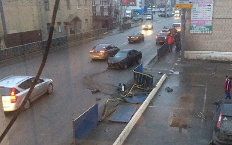 В Брянске на проспекте Станке Димитрова легковушка снесла забор