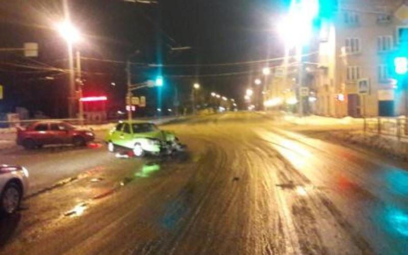 В Брянске в столкновении легковушек на улице Камозина пострадала девушка