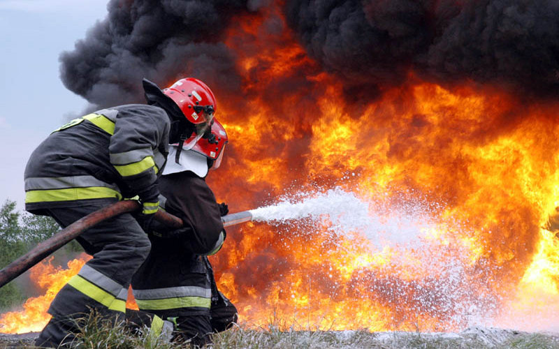 В Брянске огонь едва не уничтожил двухэтажное здание