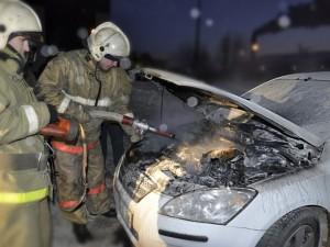 13 огнеборцев тушили автомобиль под Троицком