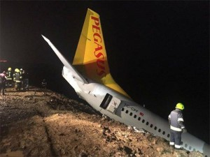 «Боинг» со 162 пассажирами выкатился с полосы и застрял на обрыве