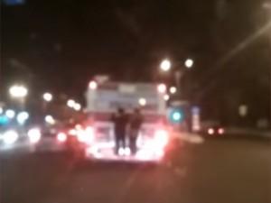 Малолетние «зацеперы» проехались по Челябинску на подножке автобуса ВИДЕО
