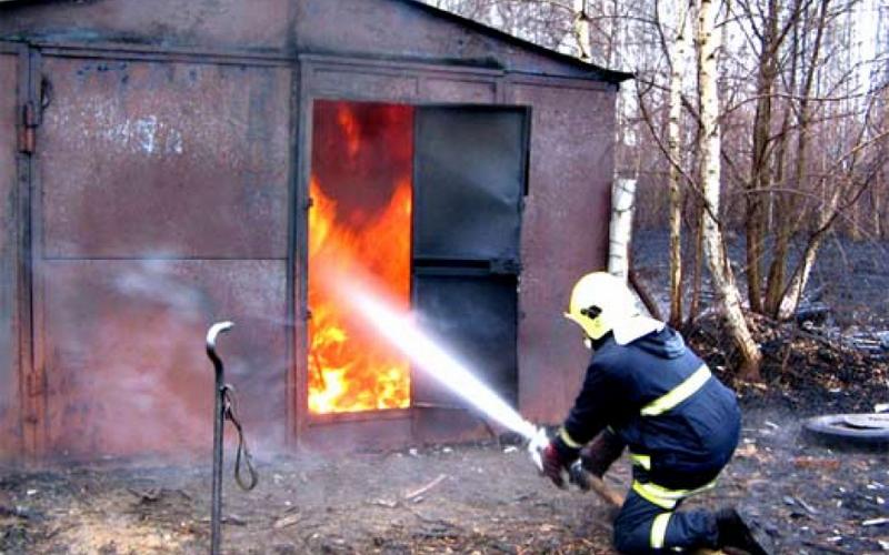 В брасовском поселке загорелся гараж
