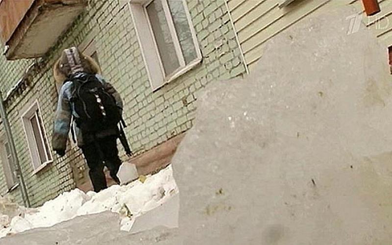 В Брянске ледяная глыба чуть не убила ребенка — ответит управляющая компания