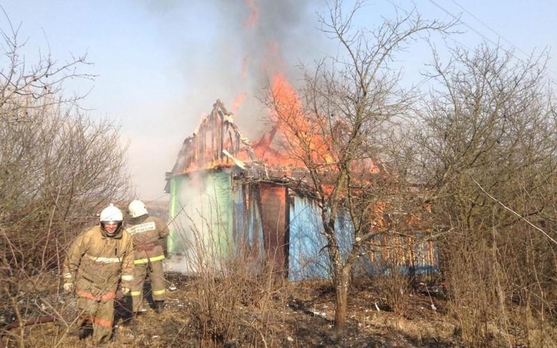 В городе Сельцо загорелся безлюдный дачный домик