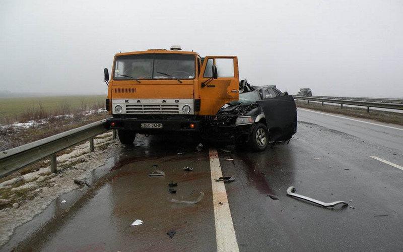 В Трубчевске водитель легковкушки не уступил дорогу КамАЗу