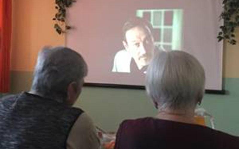 Новозыбковские волонтеры показали старикам кино