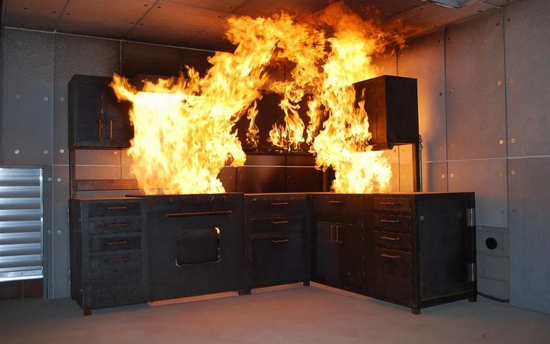 Загоревшаяся кухня задымила многоэтажку в Фокино