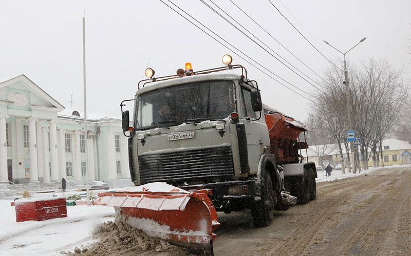 Машины против снега: дорожники вБрянске работают круглосуточно