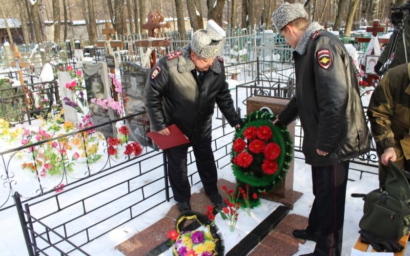 В Брянске обновили могилу участкового-героя Василия Шкловского