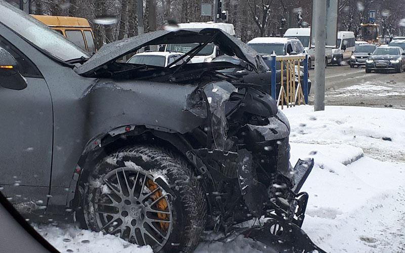 ВБрянске Porsche влетел вмаршрутку иснес светофор
