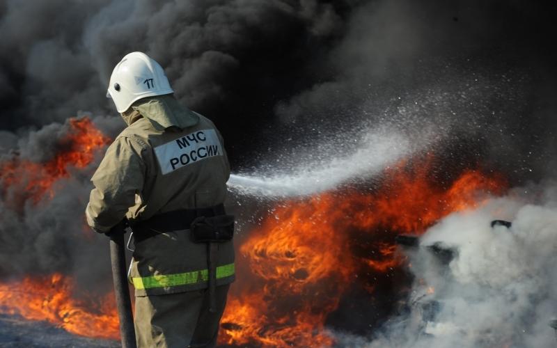 В Карачевском районе нежилой дом пожарные тушили час