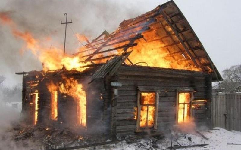 На улице Зеленой под Брянском тушили деревянный дом