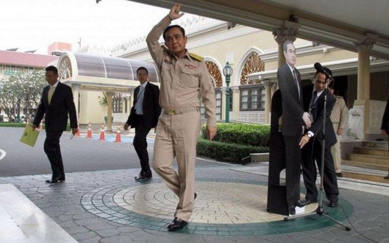 Картонная копия премьер-министра Таиланда пообщалась с журналистами