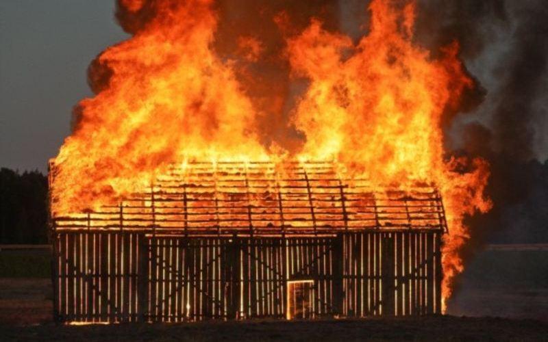 В городе Сельцо огонь уничтожил сарай