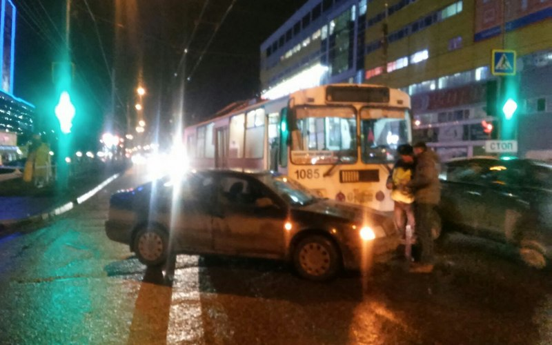 В Брянске возле ТРЦ «Тимошковых» иномарка «поцеловала» троллейбус