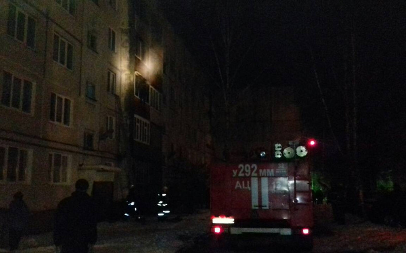 В Брянске из горящей квартиры пожарные спасли двух детей и дедушку