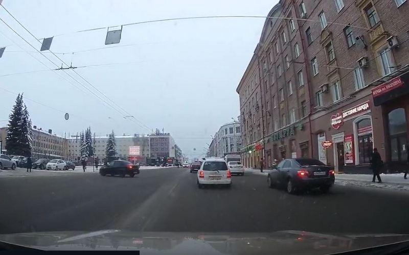 Появилось видео, как автохам едва не сбил пешехода возле брянского правительства