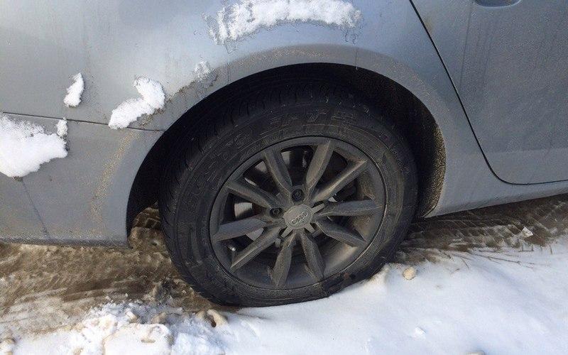 В Брянске проткнули колеса десяти припаркованным машинам