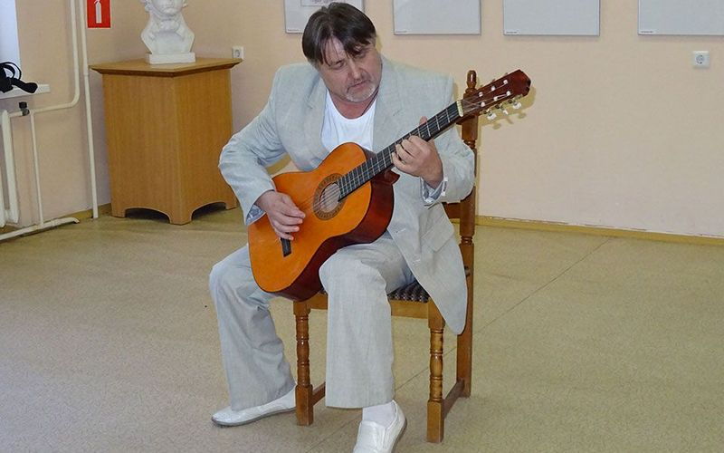 На открытии своей фотовыставки Владимир Безгрешнов взял в руки гитару
