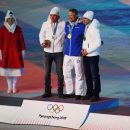 Глава МОК Томас Бах вручил брянскому лыжнику Большунову серебряную медаль